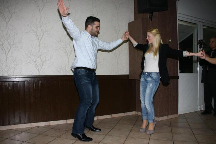 οι νεολαία μας χορεύει το Μπάλο