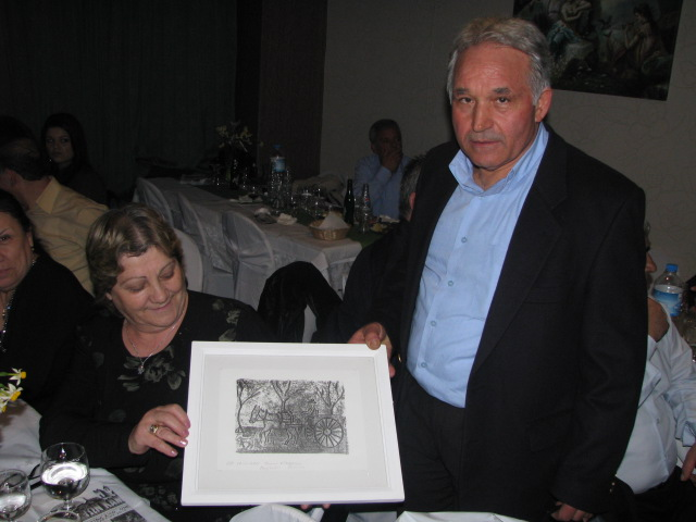 Ο Μαρούλης Στέλιος με τον Πίνακά του και την τυχερή που τον κέρδισε