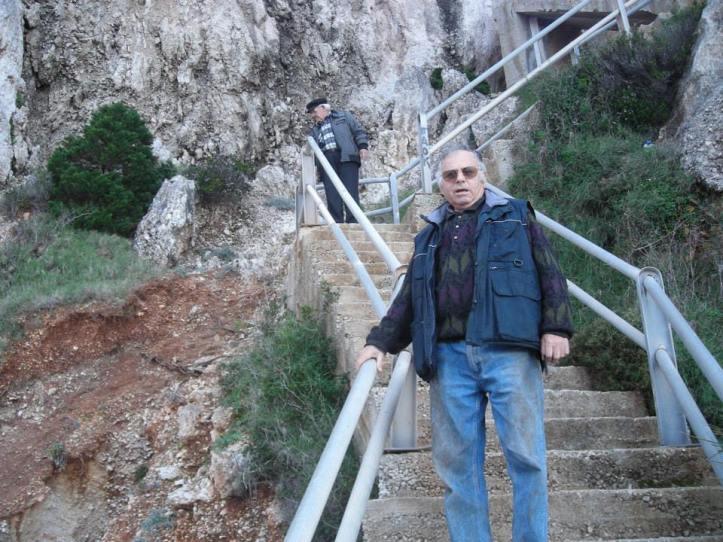 Πλατια Αμμο καταστροφή- 2014-01-10-Σταθατος Μπαμπης και Βαγγελης κοιταζουν την καταστροφή