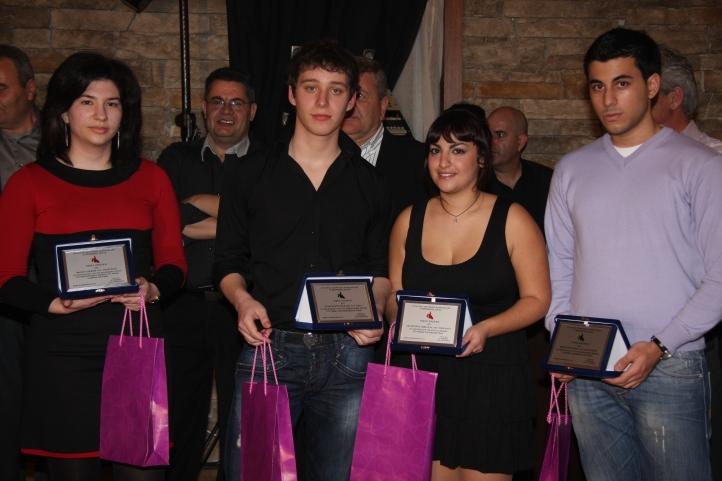 2010-2-20-ΟΝΕΙΡΙΟΝ .βραβευσεις--Δ.Σ-Γαλιατσατος Ηλιας-Ειρηνη-Παναγης-Βιβιαννα-Βαγγελης (4)