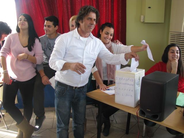 Ο Αντιπρόεδρος του Συλλόγου και τωρινός πρόεδρος του χωριού μας Μαρούλης Γεράσιμος καθώς ψήφιζε στις εκλογές του 2013