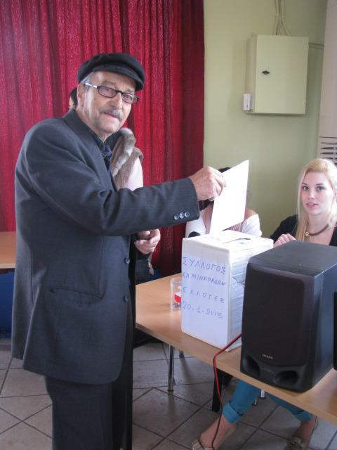 Ο αείμνηστος Μαρούλης Αλέκος ψηφίζει στις προηγούμενες εκλογές του Συλλόγου μας