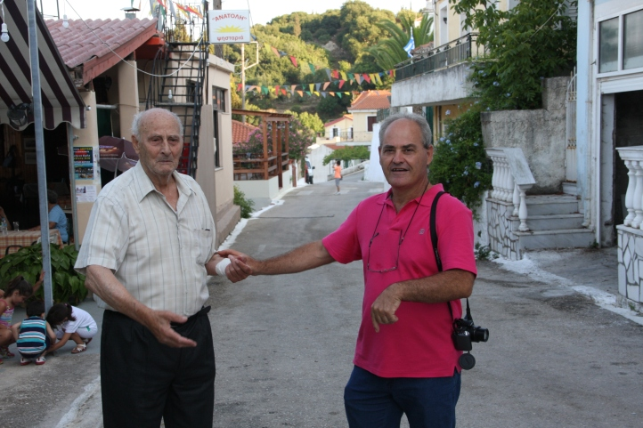 Ο πρόεδρος του Συλλόγου με τον Αντωνάτο Γεράσιμο, πρώην πρωταθλητή Ελλάδος και Βαλκανιονίκης με τον Ηρακλή Θεσσαλονίκης. πάντα κοντά μας στους αγώνες. ελπίζουμε κάποια παιδιά μας να τον φτάσουν και να τον ξεπεράσουν