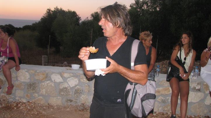 Ο Πρόεδρος του χωριού απολαμβάνει την ριγανάδα του