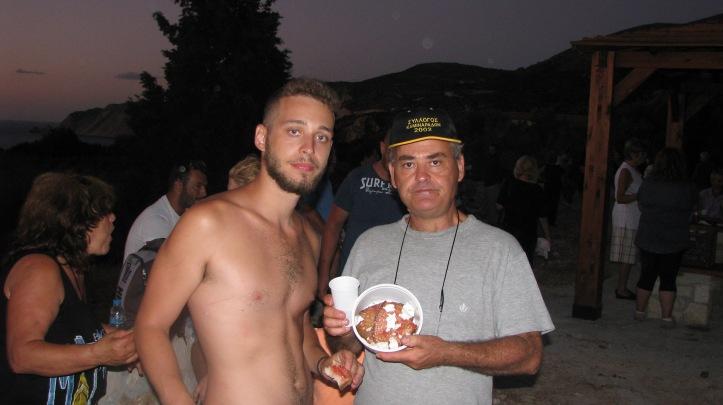 Π Πρόεδρος του Συλλόγου με τον γιό του γεύονται και αυτή τη νοστιμιά της ριγανάδας μετα απο 3 ώρες πεζοπορίας