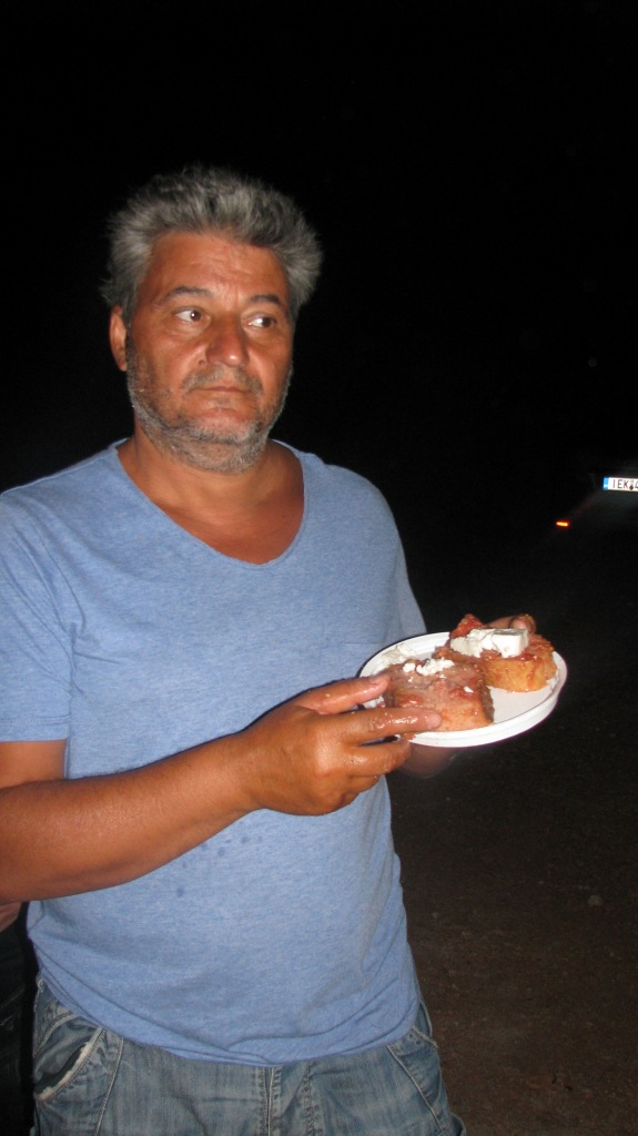 στο τέλος και μετά απο πάρα πολύ κούραση ο Ταμίας μας Μαρούλης Γρηγόρης εδέησε και αυτός να φάει ένα κομματάκι Ριγανάδας. Τον ευχαριστούμε πολύ για την μεγάλη προσφορά και την νόστιμη ριγανάδα που μας έκανε