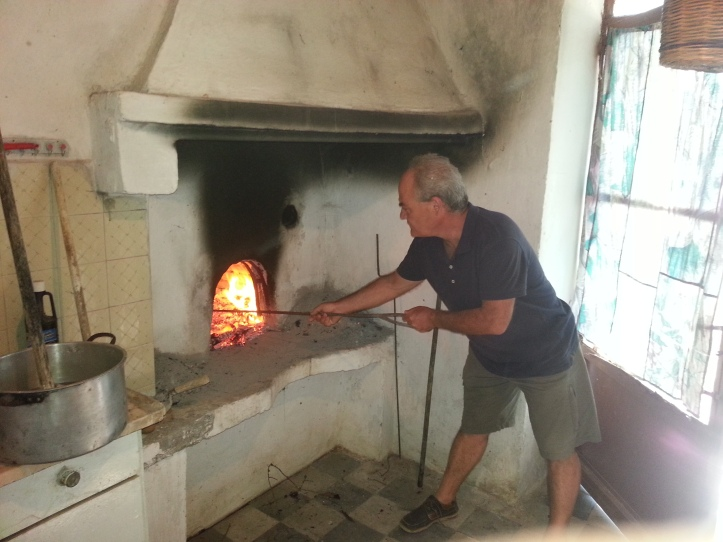 Ο Ηλίας ελέγχει αν όλα πάνε καλά με την θερμοκρασία. Πρέπει να ασπρίσουν τα κεραμίδια για να έχει την σωστή θερμοκρασία.