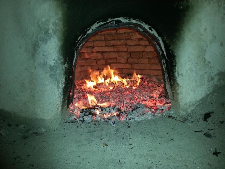 Απο νωρίς το πρωί ο φούρνος έκαιγε για να πάρει την σωστή θερμοκρασία