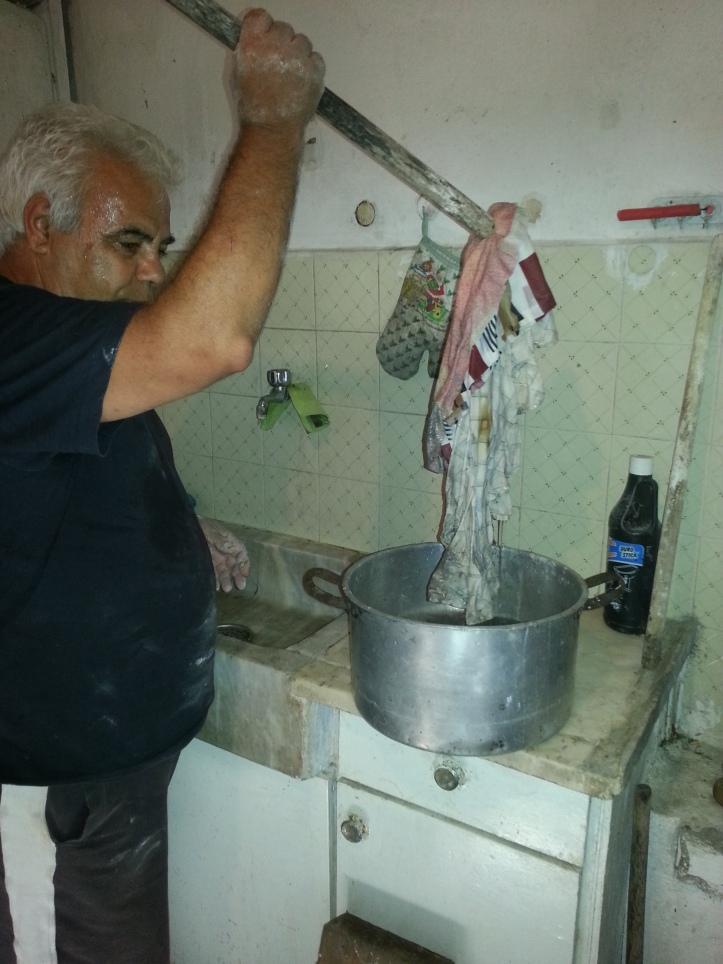 Η Ηλίας Μαρούλης βρέχει την πάνα για να σκουπίσει τον φούρνο απο τις στάχτες