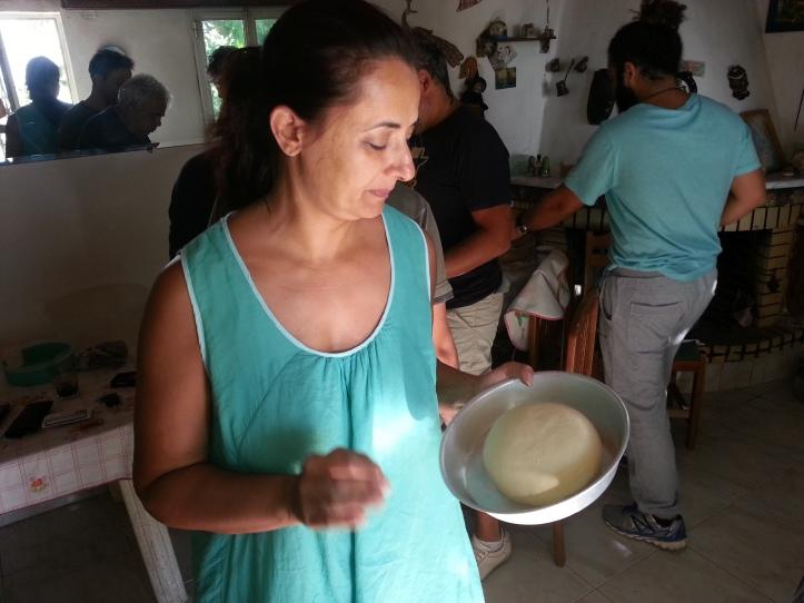 Η οικοδέσποινα Ναταλία  ετοιμαζει το καρβέλι της