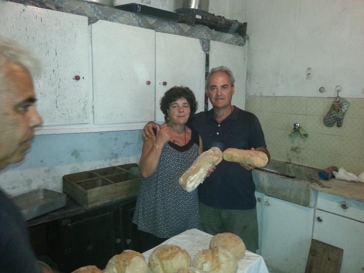 Η Μαργαρίτα και ο Λιάς   ευχαριστιμένοι μπροστά στα ψωμιά
