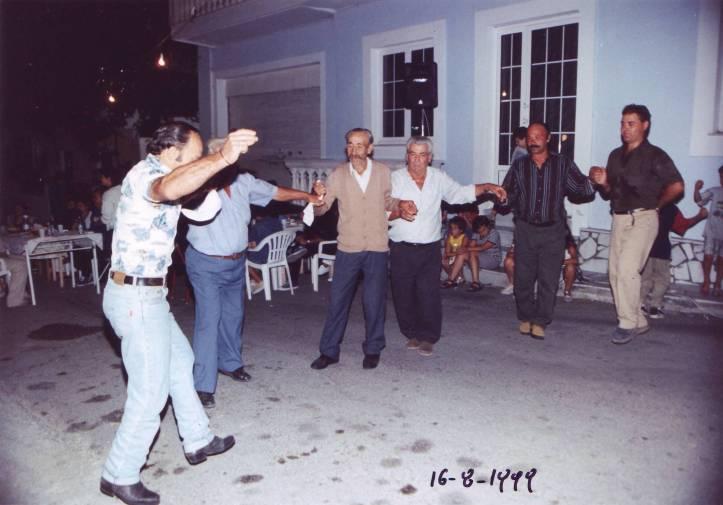 1999-08-16-πρωτη συνεστίαση συλλογου στο χωριό (8)-Ηλιας-Αγγελος-Βαγγελης-Νικος-Ηλιας--