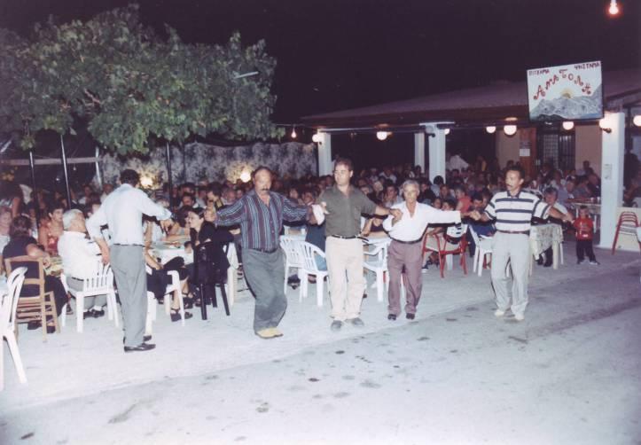 1999-08-16-πρωτη συνεστίαση συλλογου στο χωριό (10)-Νικος-Ηλιας-Θεοδοσης-Σταθης