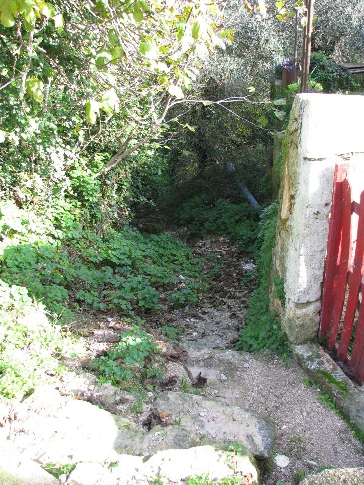 η είσοδος στο μονοπάτι απο τα Διονυσάτα-Περνάρι